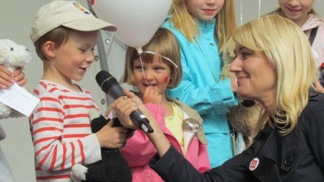 Maria Guzenina haastattelee lelukoirakilpailun osallistujia.
